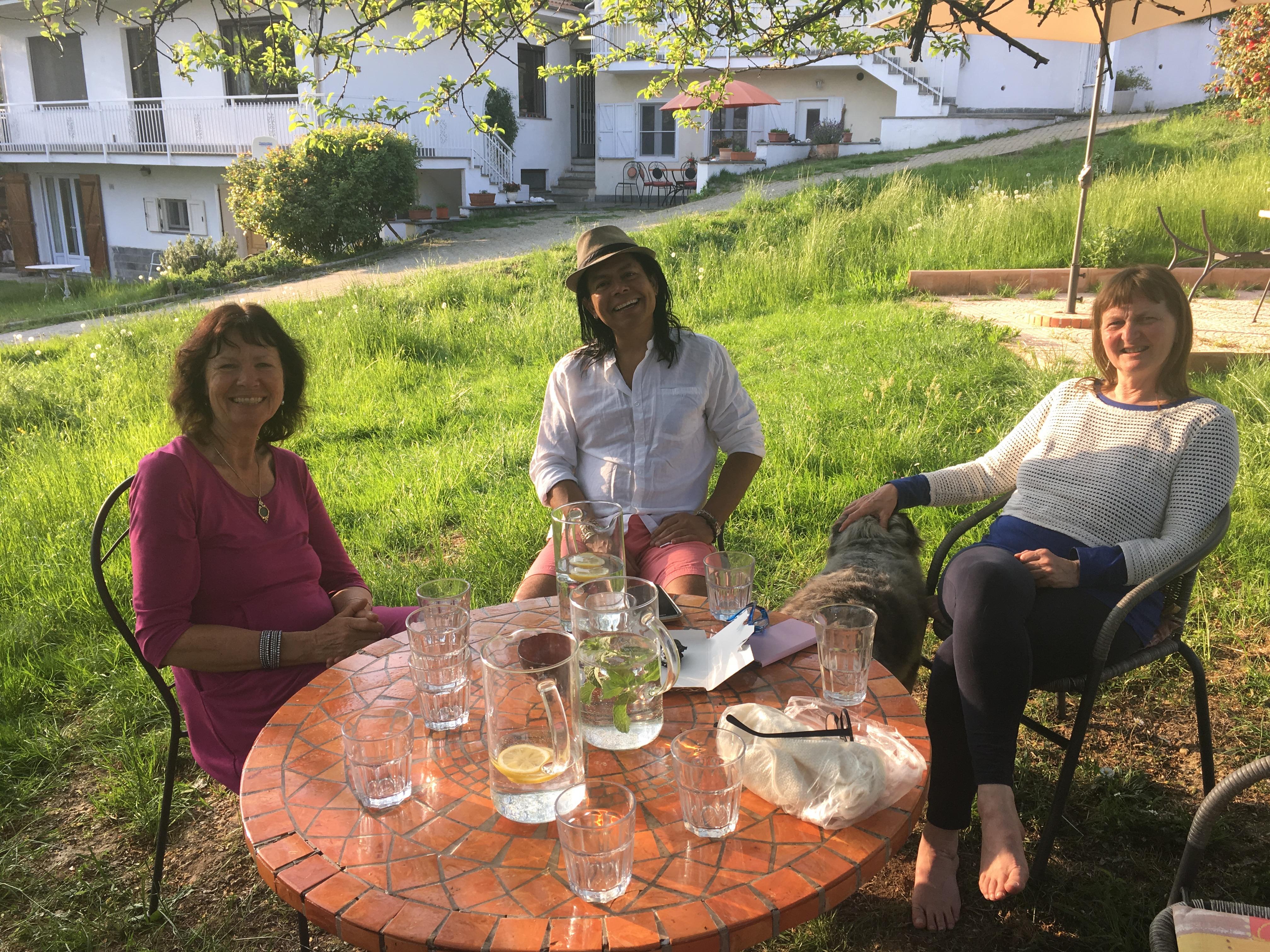 Veronica, Leo og Micka i hagen